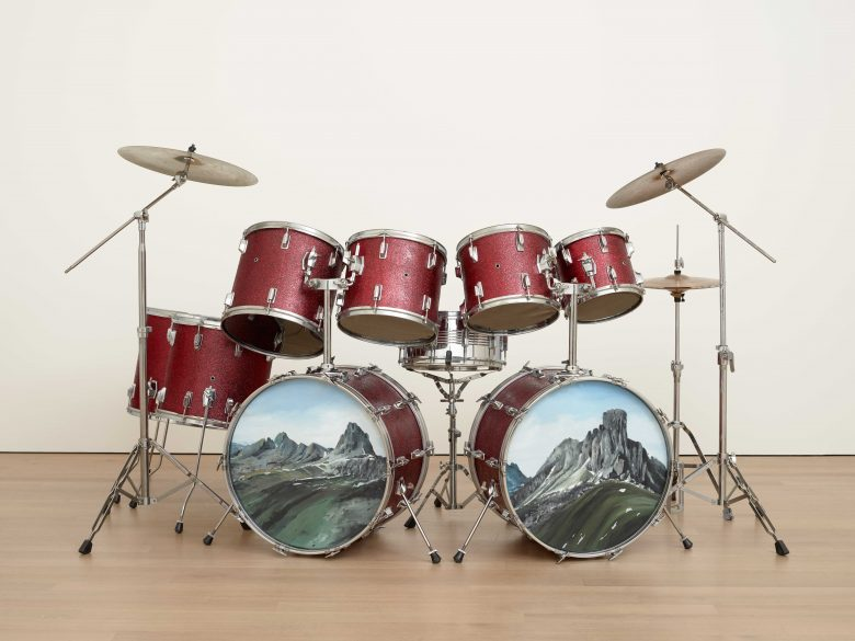 @ Vincent Kohler Vintage Drums Ensemble, batterie, peinture, montagne, sculpture
